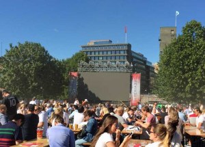 Jetzt weiss ich auch, dass die Norweger Public Viewing (ich meine die deutsche Bedeutung) kønnen. Grosse und kleine Leinwand vor der Festung, ca. 4-5000 Menschen mit guter Stimmung und ca. 3/4 Deutschland Fans - da ging schon was... Bei der EM 2016 reicht es wenn ich zur Endrunde nach D fahre. :-)