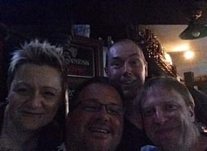 kurz vorm Public Viewing: Bea, James (Pub-Wirt), David und ich im Murphys Law in Erlangen zum Public Viewing