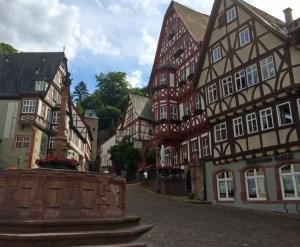 Marktplatz mit Fachwerkhæusern im schønen Miltenberg am Main!