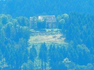 Blick vom Kloster Engelberg auf die Ruine der Gotthardskapelle oberhalb von Amorbach
