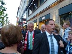 """Ministerpräsident Kretschmann ganz """"Volks-""""Nah. Er musste sich genauso durch die Menge am Abend der Begegnung quetschen wie alle anderen."""