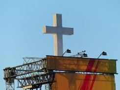 Kreuz über der Bühne