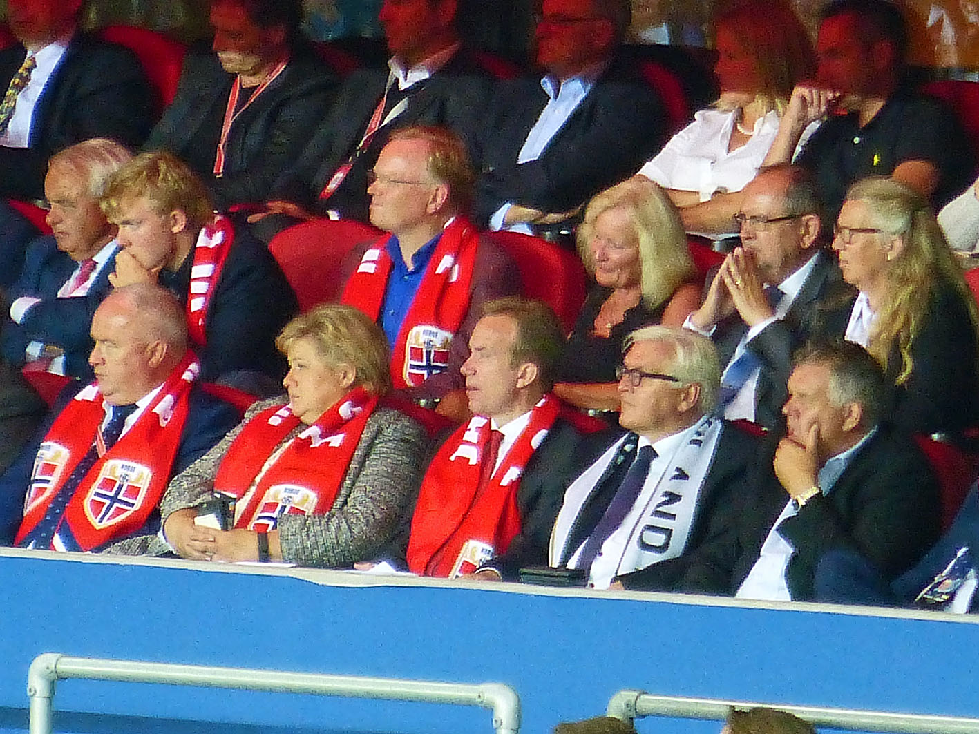 Zum Bundesaußenminister hat sich noch die norwegische Ministerpräsidentin gesellt. Sie wirkte so interessiert wie die Brasilianische Präsidentin geschaut hat als sie Phillip Lahm 2014 den WM Pokal überreichte... - extrem gelangweilt...