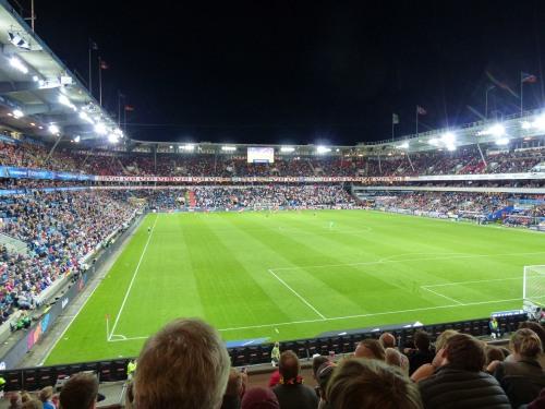... während sich Manuel Neuer als Libero am Mittelkreis vergnügte.