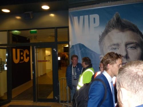 Nach dem Spiel am Ausgang warten auf die Jungs: In den blauen Sakkos, die Norweger.  (von denen ich kaum einen kenne)