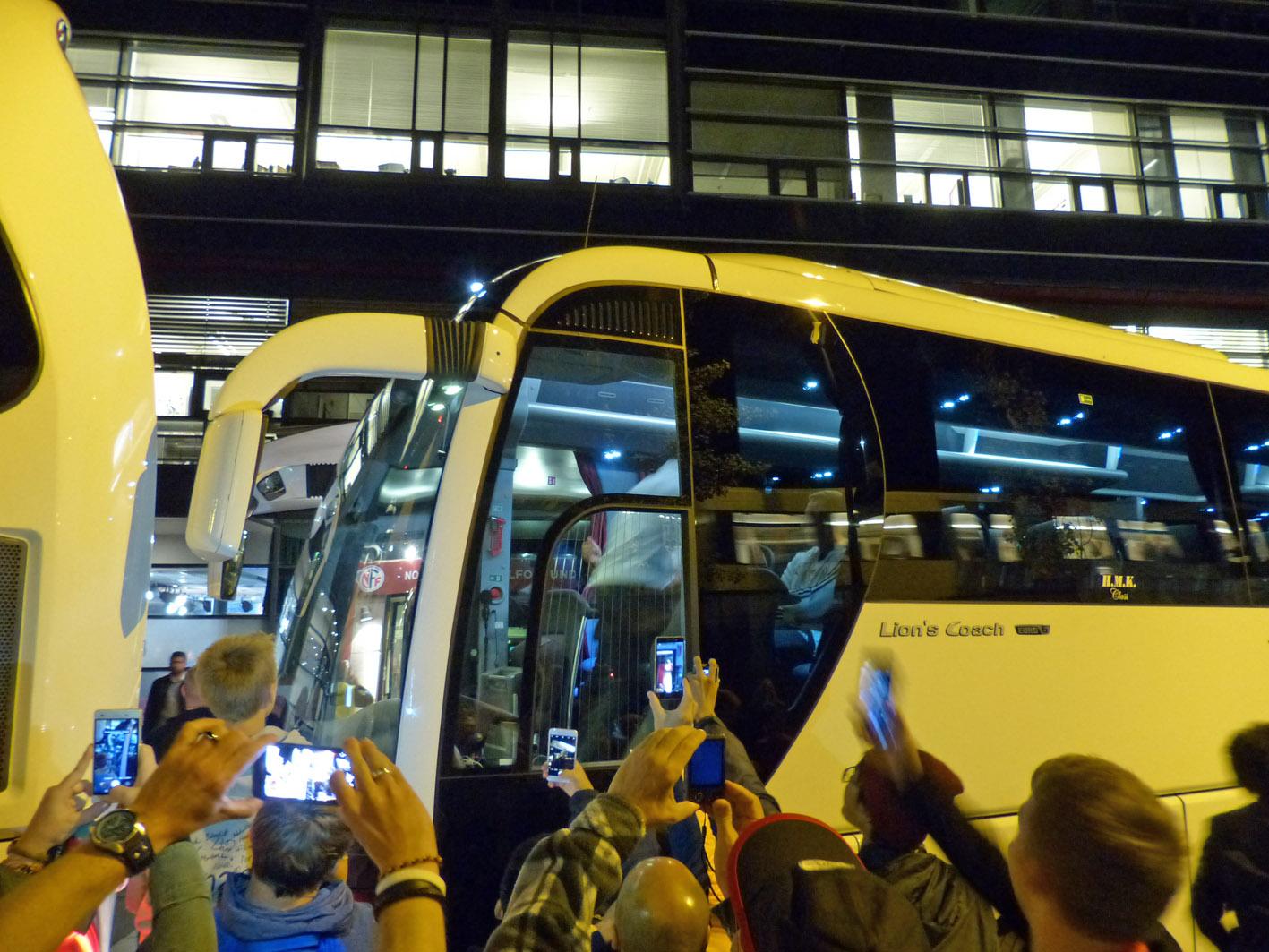 Im deutschen Bus sitzt vorne schon Andi Köpke