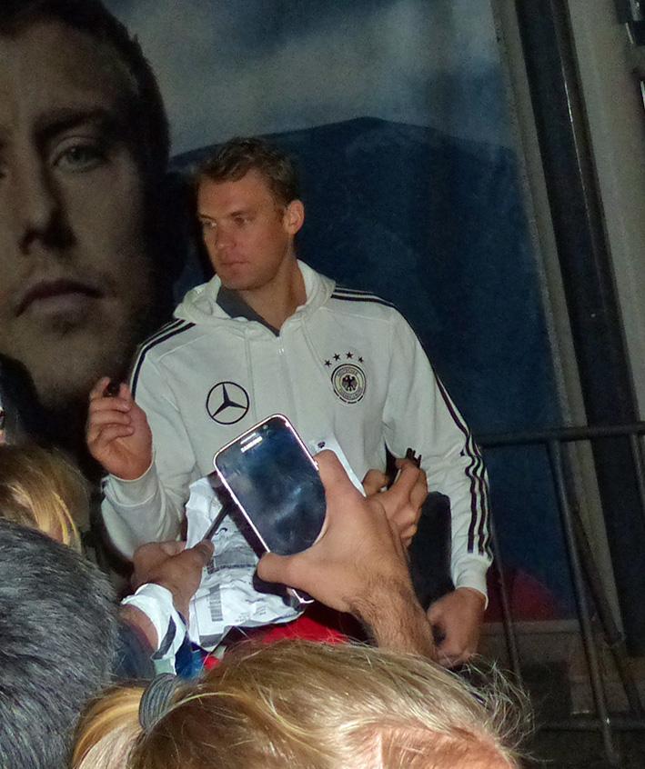 Weltmeister und Captain sowie Libero und nebenbei noch Torhüter (unterbeschäftigt) : Manuel Neuer!!